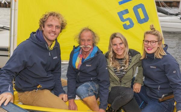 Van links naar rechts is te zien; Harmon de Lange, Peter de Wit, Famke de Wit en Bella van Erp. Deze groepsfoto is gemaakt in een Optimist tijdens ons 50-jarig jubileumfeest..